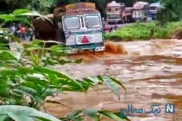 واژگون شدن تریلی هنگام عبور از رودخانه
