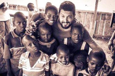 حامد بهداد در جمع کودکان آفریقایی + عکس