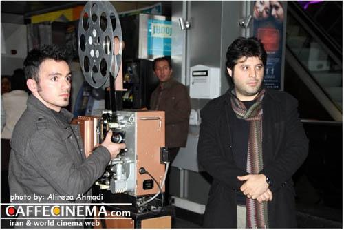 فیلمساز ایرانی فیلماش را در پیادهروی سینما آزادی اکران کرد/یک ابتکار جالب در زمینه اکران فیلم+تصاویر