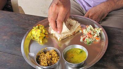 مردم هند به چه صورت غذای خود رامیخورند!؟+تصاویر