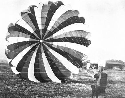 اولین زنی که با یک هواپیما با چتر نجات به پایین پرید!+تصاویر