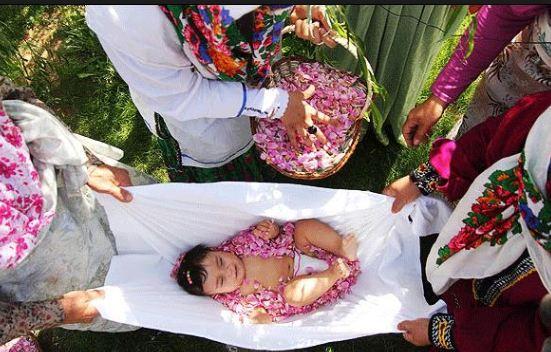 مراسم گل غلتان نوزاد در اولین بهار زندگی وی در شهرهای دامغان و سمنان!+عکس