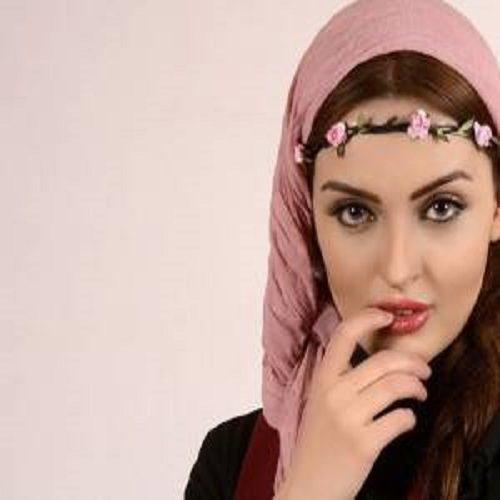 تصویری زیبا از نیلوفر پارسا با لباس تاریخی در کویر