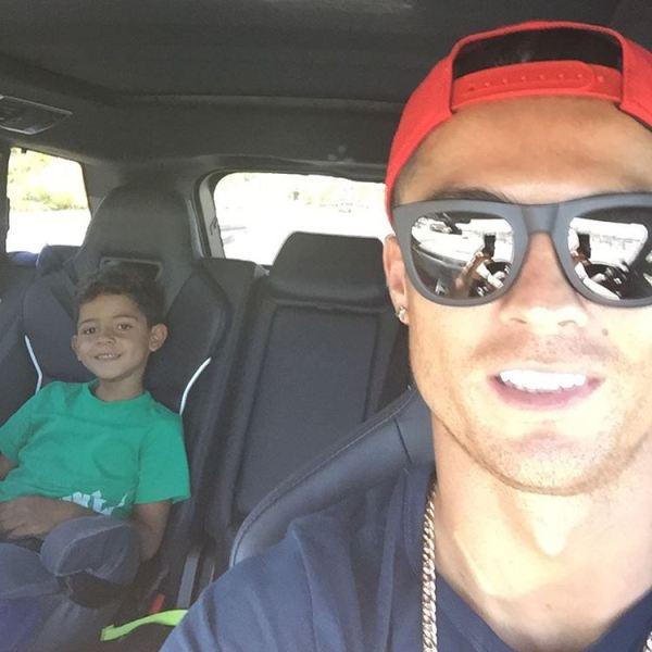 سلفی جدید ستاره فوتبال و پسرش در خودرو