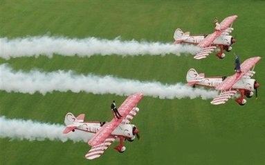 ازدواج بر روی سقف هواپیمای در حال پرواز! ( عکس)