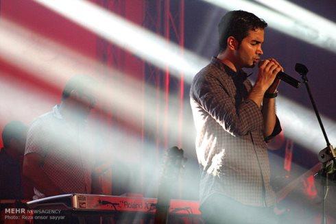 ظاهر متفاوت محسن یگانه در کنسرت شهر بوشهر