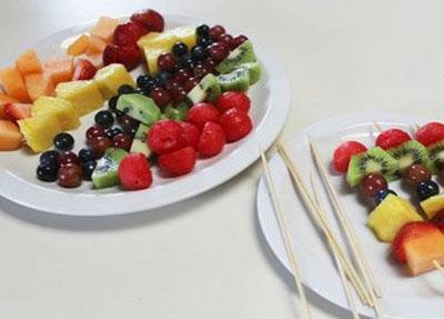 کباب پزی با میوه های رنگارنگ و خوشمزه