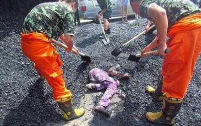 حادثه ای تلخ و ناگوار در پی واژگونی کامیون حامل آسفالت داغ