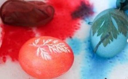 آموزش تزیین تخم مرغ رنگی با طرح زیبای برگ تصاویر