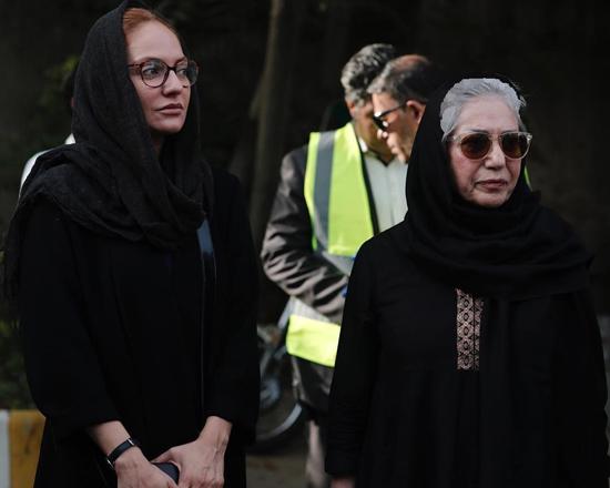 ناراحتی و اشک های مهناز افشار در مراسم ترحیم عباس کیارستمی