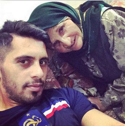 بازیکن پرسپولیس در کنار مادر بزرگش عکس