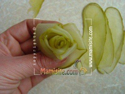 آموزش تصویری تزئین خیارشور به شکل گل رز تصاویر