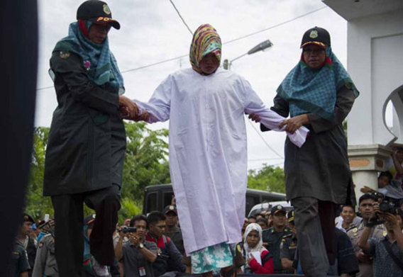 شلاق سه زن در ملأعام به اتهام روابط نامشروع