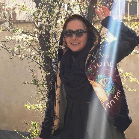 عکس های زیبای بهاری آنا نعمتی در حیاط منزلش