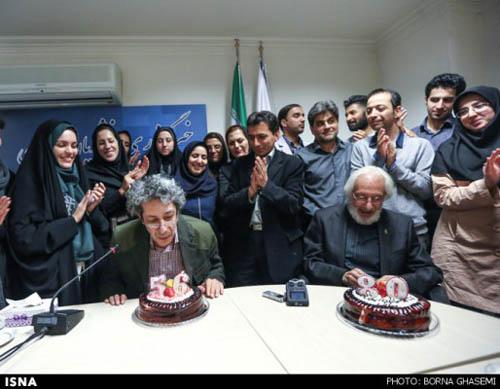 جشن تولدی که خبرنگاران برای جمشید مشایخی و پسرش برپا کردند عکس