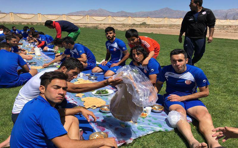 آبگوشتخوری بازیکنان در وسط زمین فوتبال