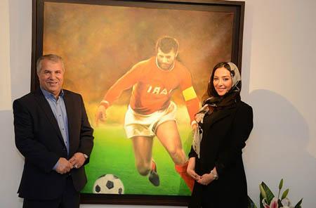 علی پروین در کنار عروسش در نمایشگاه نقاشی وی عکس