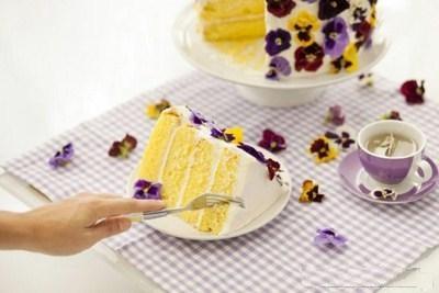 کیک وانیلی خوشمزه با تزیین گل!