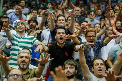 سیاوش خیرابی و مهدی پاکدل در دیدار والیبال ایران و آمریکا