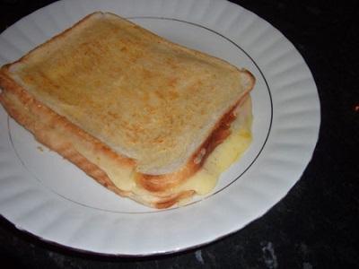 میان وعده سبک و سریع با نان تست پنیری! عکس