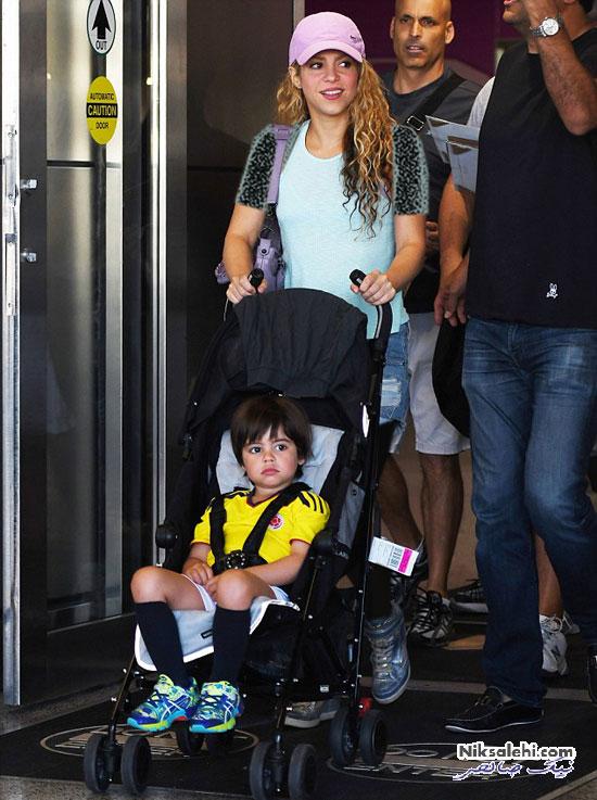 شکیرا و پیکه و دو فرزندشان در فرودگاه میامی