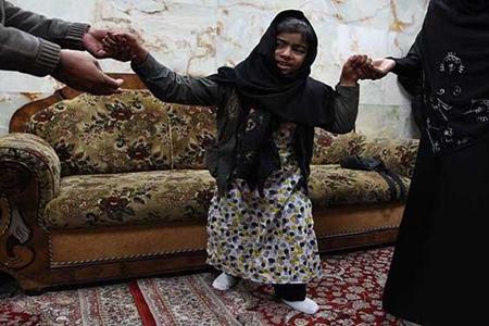 دختر فلج در حرم امام حسین شفا یافت  تصاویر