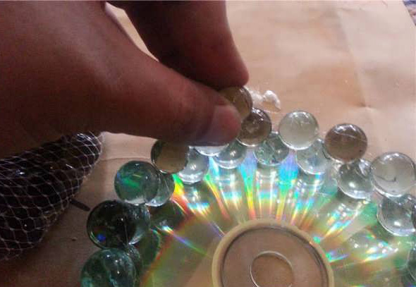 با سی دی های دور ریختنی جا شمعی بسیار زیبا و راحت بسازید تصاویر