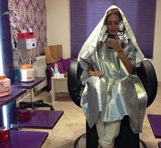 الناز شاکردوست در حال رنگ کردن موهایش در آرایشگاه