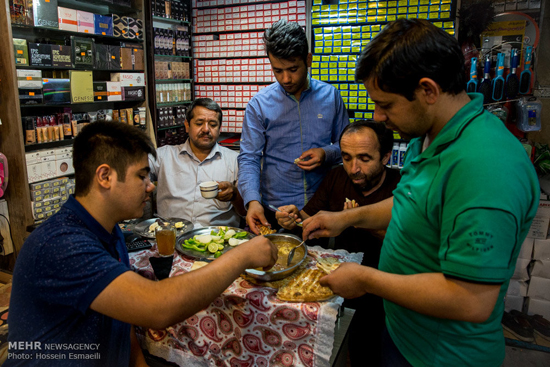 دلخوشی های ساده افطار در خیابان و محل کار! تصاویر