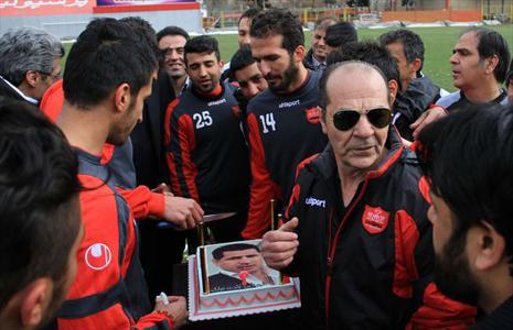 جشن تولد علی دایی در تمرین پرسپولیس