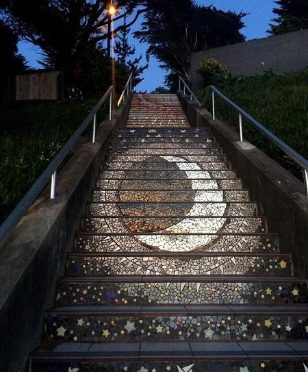 درخشش پله های سانفرانسسیکو زیر نور ماه