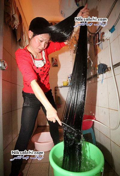 این خانم چطور موهایش را در حمام می شوید