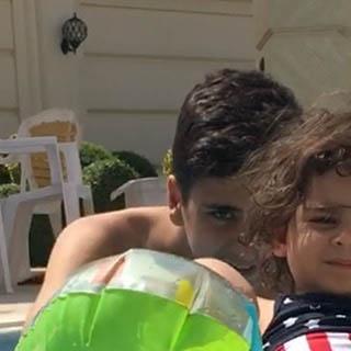 دختر و پسر علی کریمی در استخر خانه اش