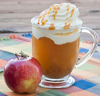 نوشیدنی دلچسب زمستانی: سیب کاراملی عکس