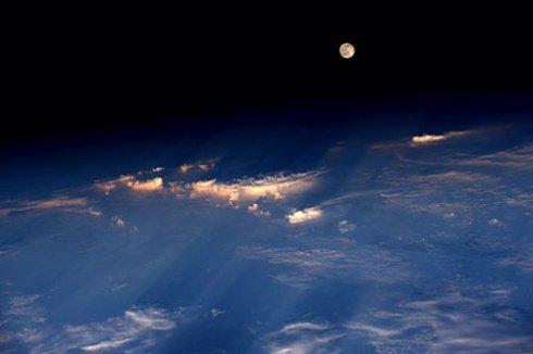 نمایی زیبا از ماه توسط فضانورد آمریکایی گرفته شده است! عکس