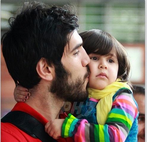 عکس/ صمد نیکخواه و دخترش در فرودگاه