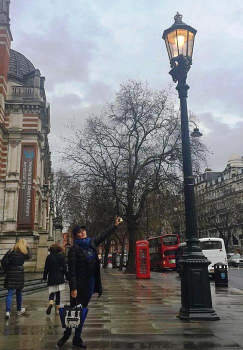 الناز شاکردوست در یک روز بارانی در لندن