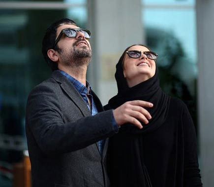 مهدی پاکدل و بهنوش طباطبایی در حال تماشای برج میلاد عکس