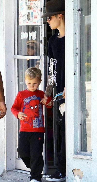 جاستین بیبر و برادرش در کفش فروشی