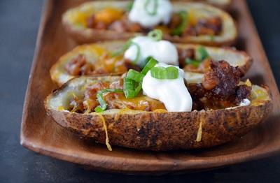 سیب زمینی تنوری شکم پر با سوسیس و پنیر! عکس