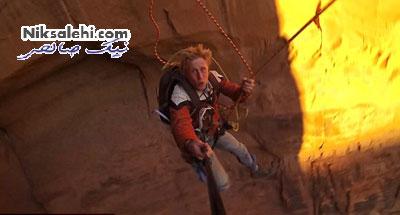 صحنه دلهره آور پرتاب دختری به دره