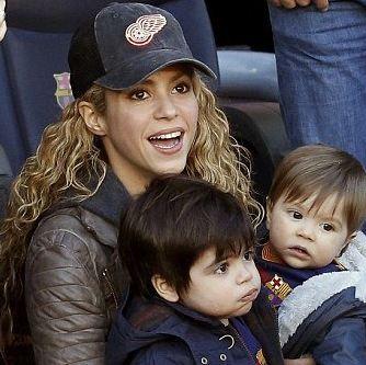 شکیرا و همسر و پسرانشان در ورزشگاه نیوکمپ تصاویر