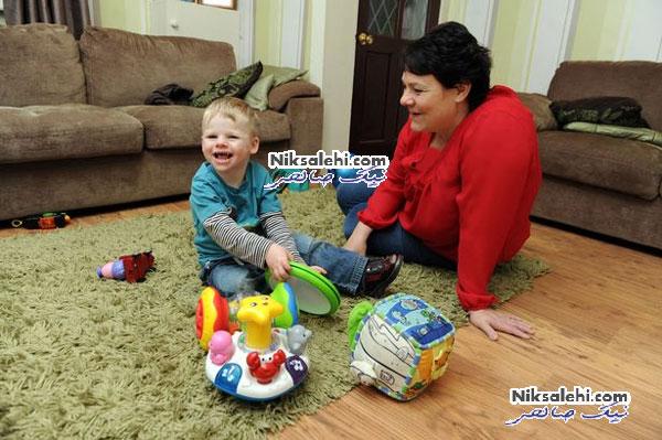 پسربچه ای که از خندیدن باز نمی ایستد