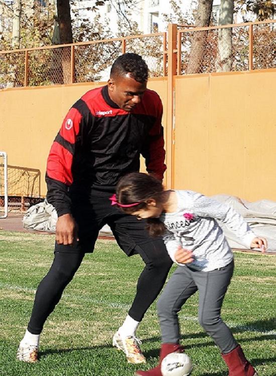 فوتبال بازی کردن نیلسون با دخترش عکس