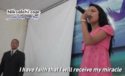 پدری که ادعا می کند دخترش معجزه می کند
