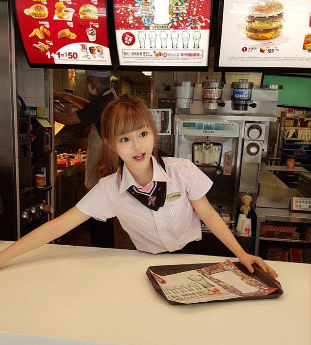 مردم برای دیدن دختر عجیب و زیبایی به این رستوران سرازیر شدند