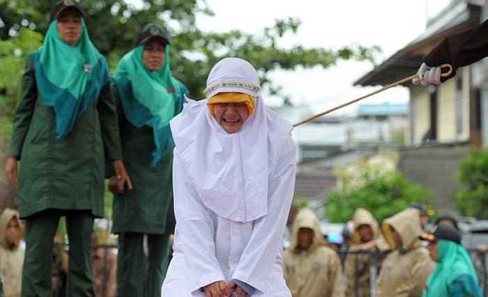 شلاق ۱۳ زن و مرد در ملاء عام به دلیل ارتباط غیراخلاقی