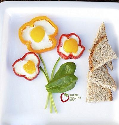 تزئین غذای کوچولو؛ نیمرو به شکل گل