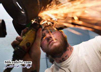 روش عجیب مردی برای پاک کردن خالکوبی صورتش