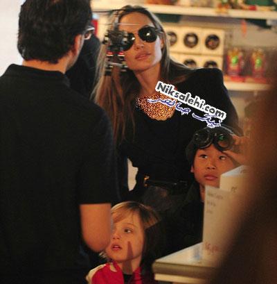 آنجلینا جولی و دو پسرش در فروشگاه اسباب بازی